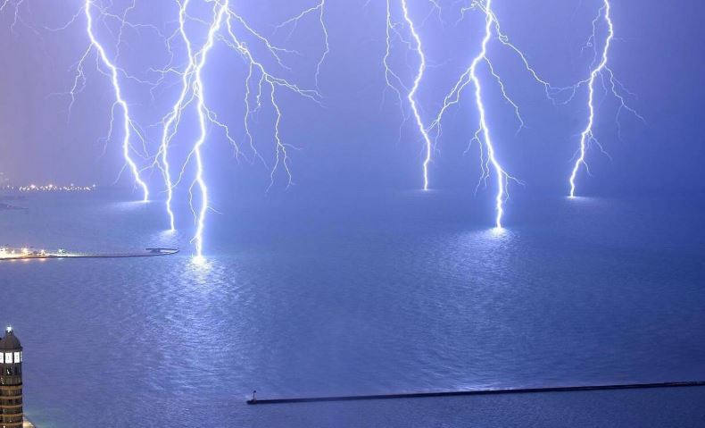 Does water conduct electricity