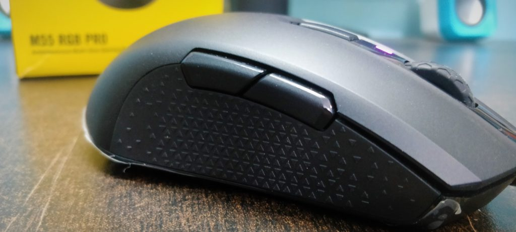Corsair-M55-gaming-mouse-symmeterical-sides-with-grooves-for-grip